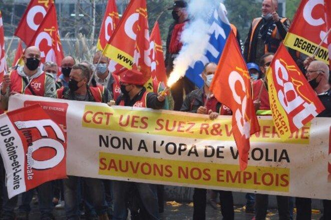 Manifestation des salariés de Suez contre le rachat de Veolia le 23 septembre. © Eric Piermont / AFP