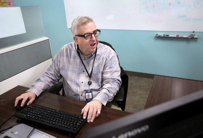 Bob Darrow, 47 ans, travaille chez KeyBank depuis juin en tant qu'analyste de données. Darrow a été engagé avec l'aide de The Precisionists, une société du Delaware qui s'associe à des entreprises pour employer des personnes handicapées, notamment  autistes. © Lisa DeJong/The Plain Dealer