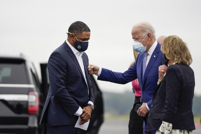 Cedric Richmond accueille Joe Biden le 27 octobre à l'aéroport de Columbus, dans l'État de Géorgie. © Drew Angerer/GETTY IMAGES/AFP