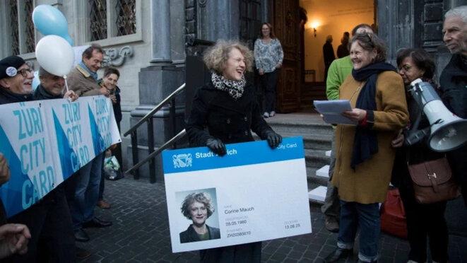Corine Mauch, la maire de Zürich, défend le système de carte d'identité universelle © Züri City Card