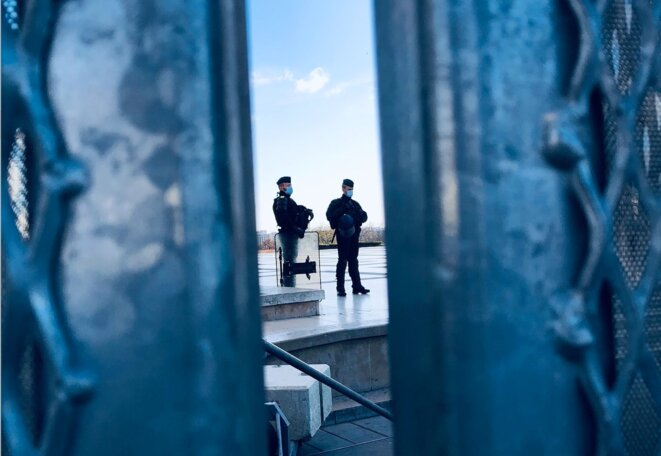 Le parvis des droits de l'homme, cadenassé et sous surveillance policière. © F.A.