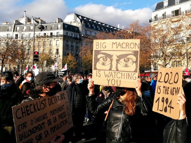 Les références à George Orwell étaient partout dans la manifestation. © D.I.