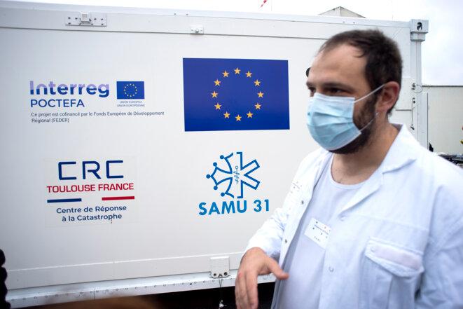 Macron n'a pas «d'argent magique» pour l'hôpital. Heureusement, il y a l'Europe ! Elle vient au secours de nos compatriotes qui subissent de plein fouet l'incurie de l'État français en déployant ici l'hôpital mobile UMPEO (Unité mobile polyvalente Europe Occitanie) du CRC (Centre de réponse aux catastrophes) devant le Centre Hospitalier de la Côte Basque à Bayonne. Une aide précieuse pour les personnels et hôpitaux de la région qui ont à faire face à l'augmentation du nombre de patients. © Co-opérateurs: Photo:Matthieu Rondel - UE, 2020 - Source:EC - Service audiovisuel. (ID:P-046862/00-04 /09/11/2020/ Bayonne).