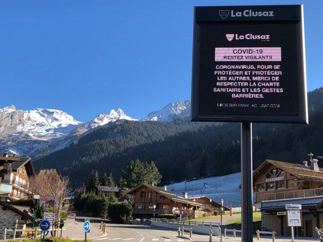 Message de prévention dans la station de La Clusaz, en Haute-Savoie. © MJ