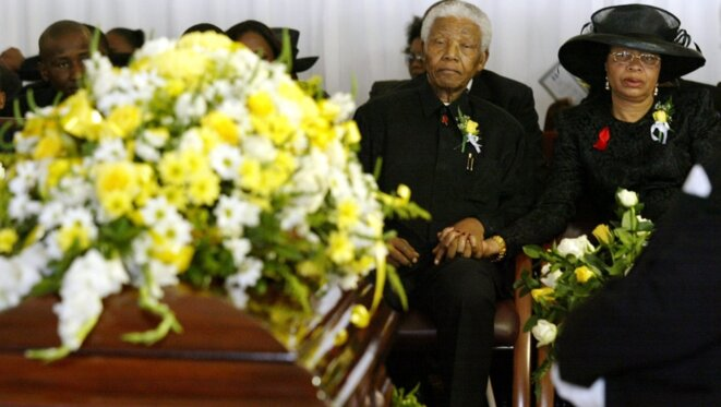 Nelson Mandela et sa femme, Grace Mahel, à l'enterrement de son fils, à Qunu, le 15 janvier 2005