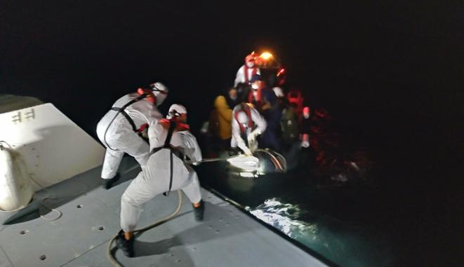 Un Zodiac des garde-côtes turcs transborde des migrants secourus vers leur patrouilleur. © NC
