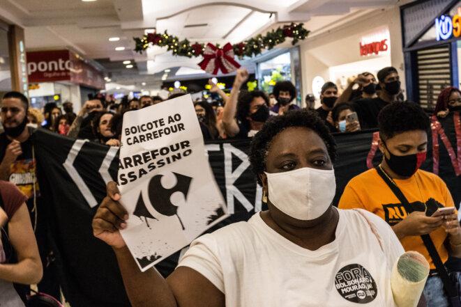 Une manifestante appelle au boycott de Carrefour à Rio de Janeiro. © JMA