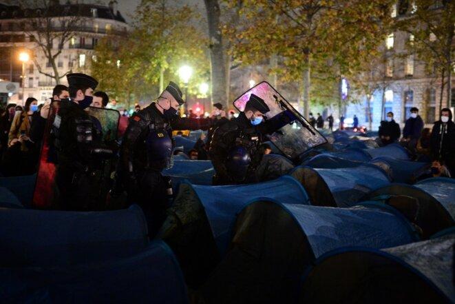 L'évacuation de la place de la République par les forces de l'ordre, lundi soir. © Martin Bureau / AFP
