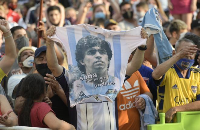 Los argentinos se reunieron en San Fernando, Buenos Aires, el miércoles 25 de noviembre de 2020, poco después de la muerte de Diego Maradona en el hospital. © Juan Mabromata/AFP