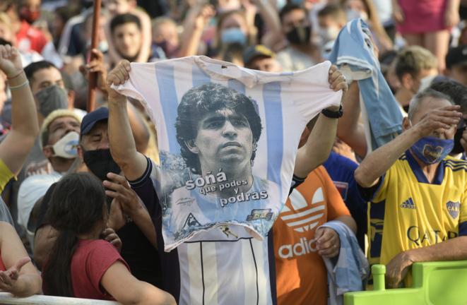 Des Argentins regroupés à San Fernando, dans la province de Buenos Aires, mercedi 25 novembre 2020, peu après l'annonce du décès à l'hôpital de Diego Maradona. © Juan Mabromata / AFP