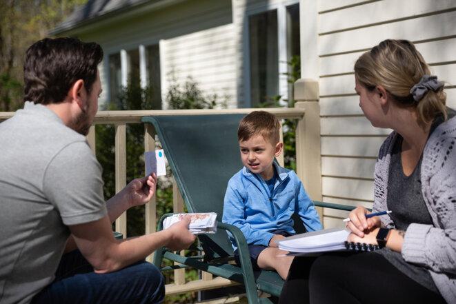 Les thérapeutes Anton Yurack et Greta Russell évaluent les compétences d'Owen. © Photographie de Cristina Pye