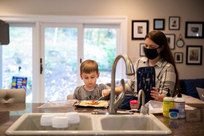 La recette du succès : Owen apprend à suivre une série d'étapes pour faire une pizza. © Photographie de Cristina Pye