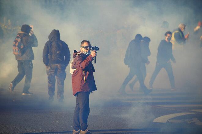 Un amateur filme la charge des forces de l'ordre en fin de manifestation contre le projet de loi sur la sécurité globale. Toulouse, le 21 novembre 2020. © Alain Pitton