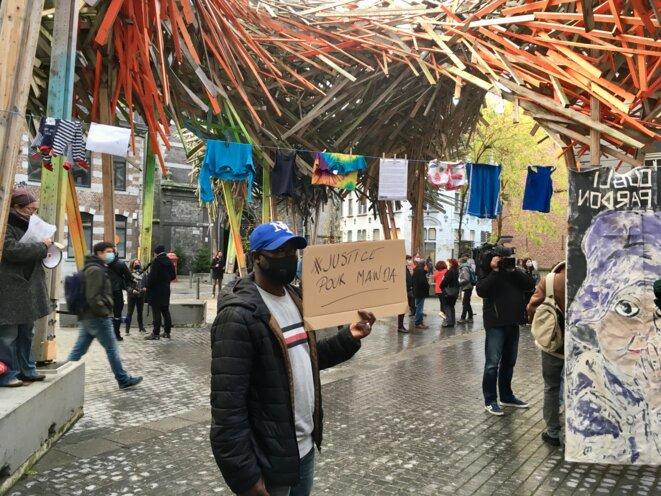 Moudou, de la coordination des sans-papiers de Belgique, est venu manifester son soutien à la famille de Mawda lundi. © NB.
