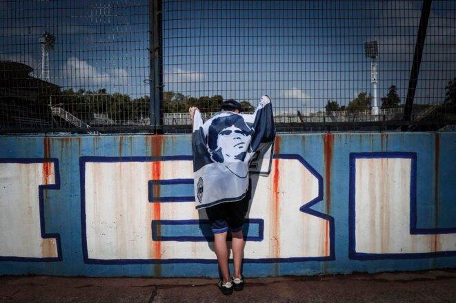 Un fan se recueille devant le stade du Gimnasia y Esgrima à La Plata, près de Buenos Aires, le 25 novembre 2020