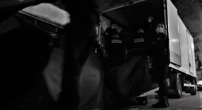 Chargement des couvertures et des tentes confisquées aux exilé.e.s par la police, place de la République © Emile Rabreau