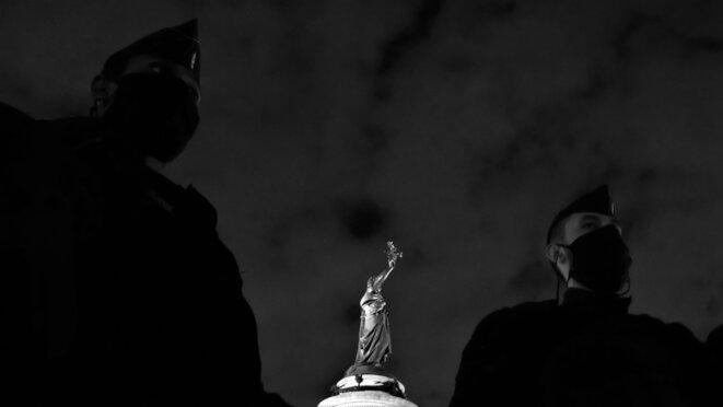 Deux CRS nassent avec leurs collègues une quarantaine d'exilé.e.s et de soutiens, place de la République © Emile Rabreau