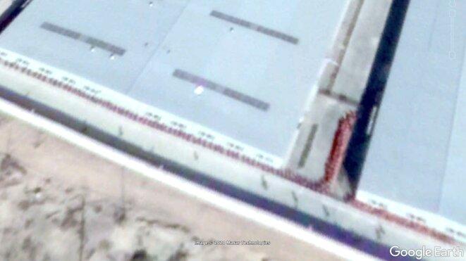 Une capture d'écran d'une image satellite du 23 octobre 2018 de Google Earth Pro qui, selon Adrian Zenz, montre un des camps d'internement à l'extérieur de la ville d'Aksu avec des détenus alignés dans la cour. Adrian Zenz/Google