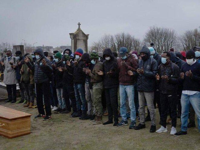 Photo de l'hommage rendu à Mohamed Khamisse Zakaria suite à son décès à Calais. / Réseaux sociaux, page de L'Auberge des Migrants.
