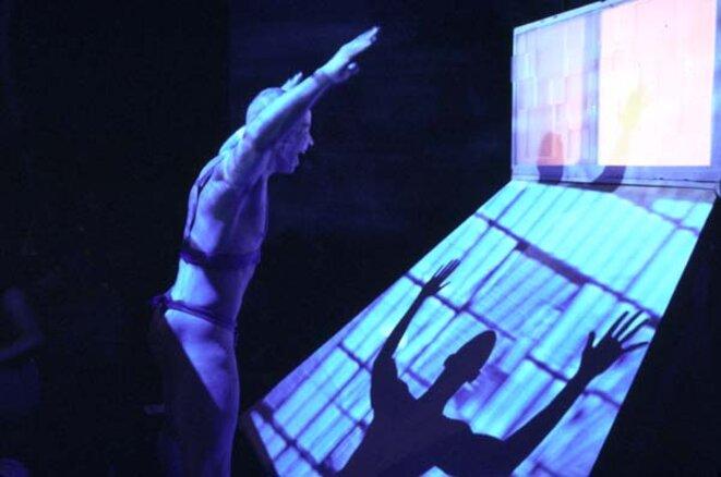 Shattered Boxes, Faim de Siècle, The Kitchen (NY), Downtown Arts Festival, 2000, Saison de la France à New York. D'après Médée-Matériau de Heiner Müller. Jason est incarné par le danseur et chorégraphe Arthur Aviles, de BAAD! (Bronx Academy of Arts and Dance) © Joël Cramesnil