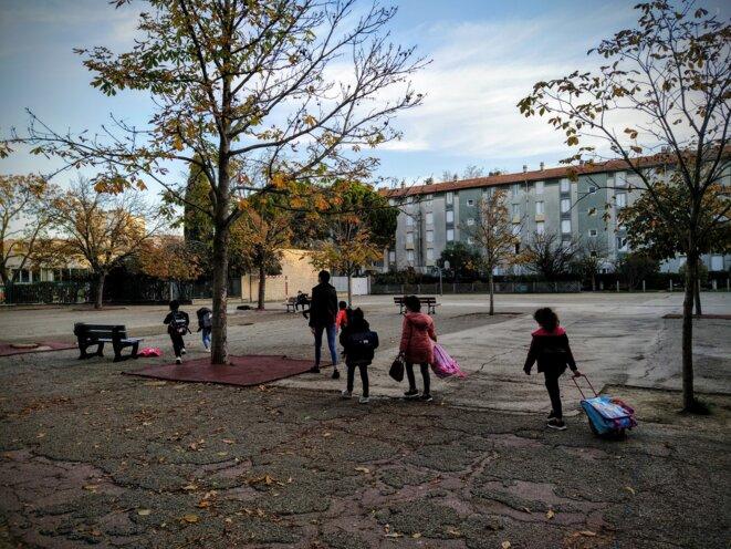 Dans la cour de l'école élémentaire Georges-Bruguier à Nîmes, mi-novembre 2020. © PB