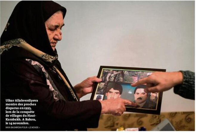 © Une femme montre des proches disparus lors de la conquête de villages du Haut-Karabakh. A Bakou le 14/11 [Photo Maya Baghirova pour Le Monde du 19/11]