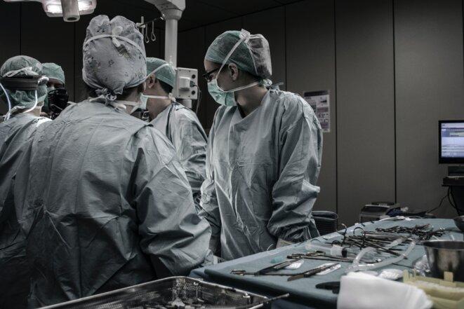 Alors que le monde fait face à des vagues successives de l'épidémie, les hôpitaux continuent à manquer de personnel et d'équipements de protection. © Piron Guillaume