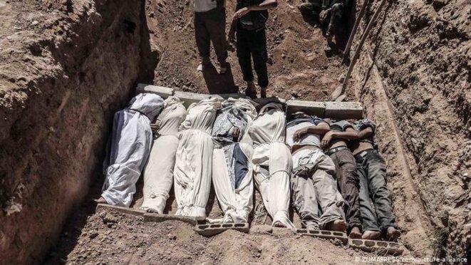 Une fosse commune avec les corps des personnes tuées lors d'une attaque au gaz sarin sur la Ghouta orientale en 2013