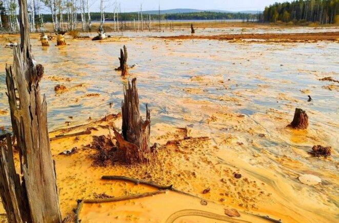 Rejets miniers chargés d'acide sulfurique sur le site de l'ancienne mine de cuivre de Levikhinsky en Russie © nashural.ru