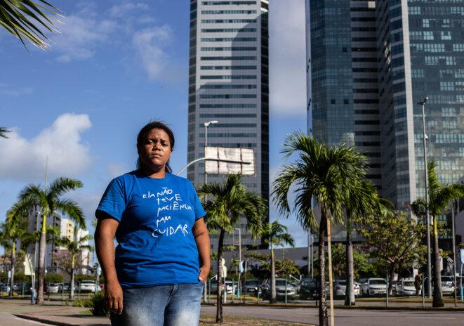 Mirtes Renata, la mère de Miguel. Sur son tee-shirt : «Elle n'a pas eu la patience de s'en occuper.» © JMA