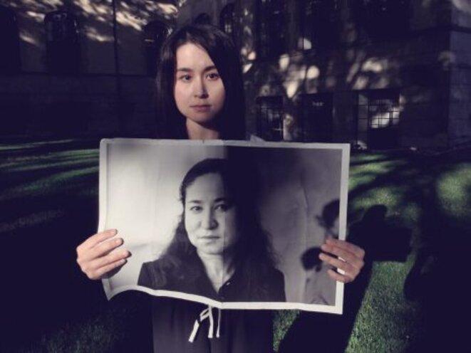 Akida Pulat avec une photo de sa mère, l'universitaire ouïghoure disaprue Rahile Dawut. Crédit: Twitter/@akida_p