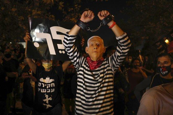Un manifestante con una máscara de Netanyahu frente a la Corte Suprema el 14 de octubre de 2020. © Ahmad Gharabli/AFP