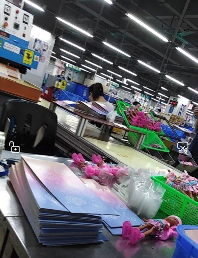 Pendant près d'un mois, l'enquêtrice a travaillé anonymement sur la chaîne de production de l'usine Mattel de la ville de Dongguan. © DR