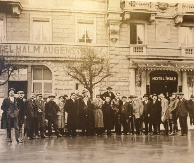 Hans Venedey (au centre, en pardessus sombre). A sa droite, on reconnaît probablement Giovanni Bassanesi. A gauche de l'homme à la barbe blanche se trouve Carlo Rosselli. La photo date de novembre 1931. © DR