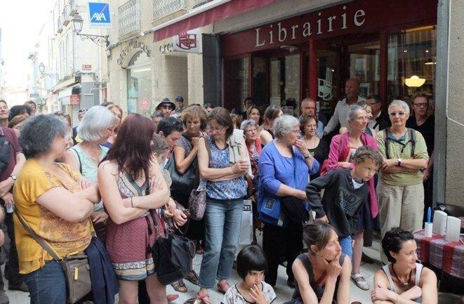 Lors d'une pièce de théâtre jouée dans la rue, devant la librairie [Ph. YF]