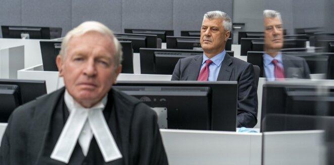 Hashim Thaci et au premier plan son avocat David Hooper à La Haye le 9 novembre 2020. © Erry Lampen/POOL/ANP/AFP
