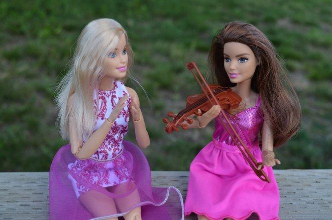 Para Alice Bordaçarre, defensora de los derechos de la mujer en ActionAid Francia: « Mattel vende su producto estrella, la muñeca Barbie, con muchos lemas feministas. Pero en las fábricas que investigamos, las mujeres producen muñecas Barbie mientras temen ser humilladas o acosadas ». © DR