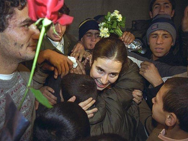 Pinar Selek lors de sa libération, étreignant les enfants venus l'accueillir