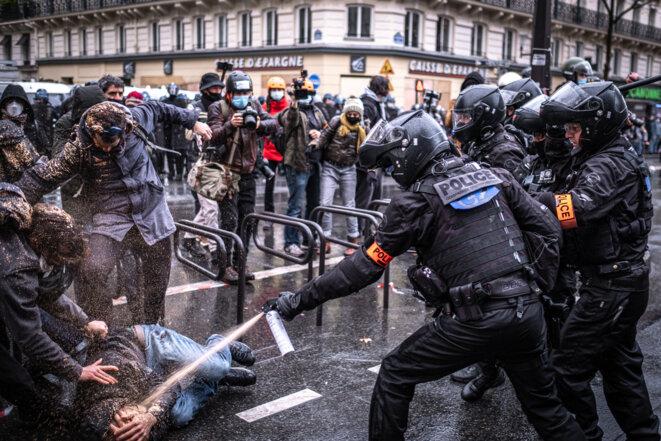 Lors de la manifestation contre la loi Sécurité globale, à Paris, le 12 décembre. © Fabien Pallueau/NurPhoto via AFP