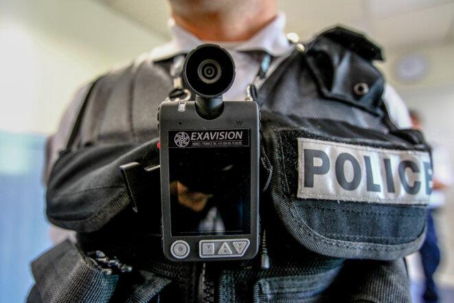 Caméra-piéton équipant des policiers en patrouille à Toulouse, le 13 mai 2013. © Frédéric Scheiber / Hans Lucas via AFP