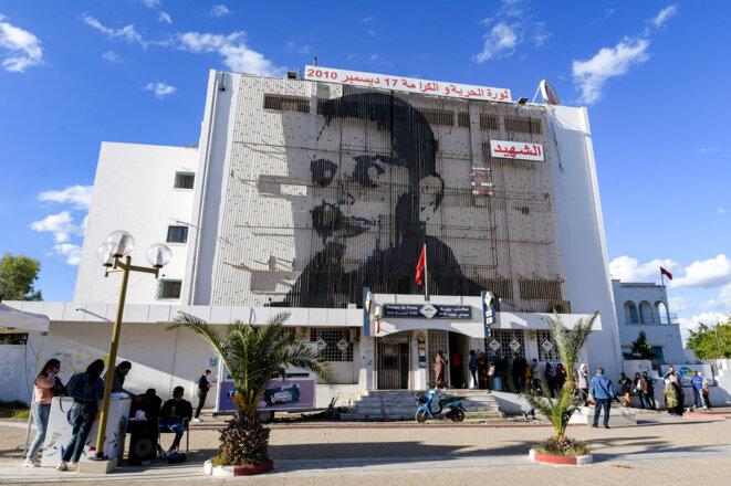 Un immense portrait de Mohamed Bouazizi à Sidi Bouzid le 27 octobre 2020. © Fethi Belaid/AFP