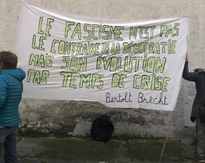 Le fascisme est l'évolution de la démocratie par temps de crise   Bertolt Brecht © AB