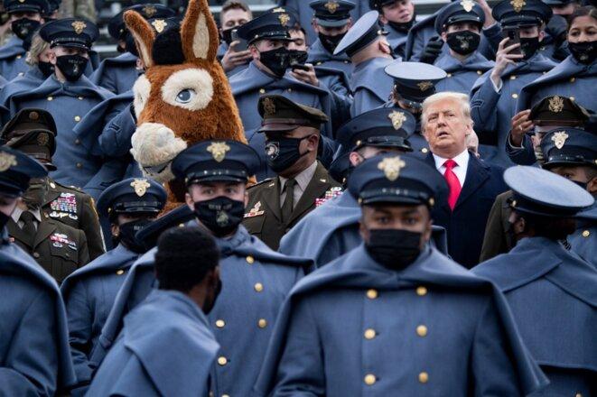 Trump avec des cadets de West Point, le 12 décembre 2020. © Brendan Smialowski / AFP