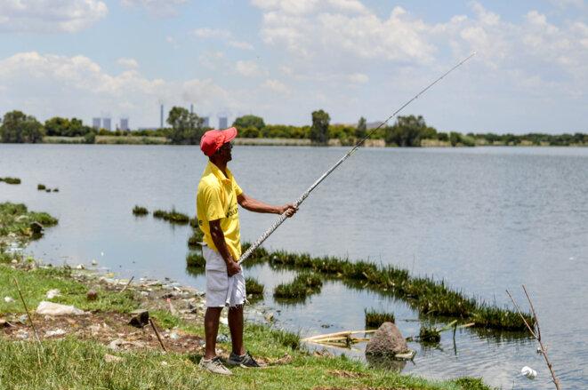William Choku pêche dans le lac Dlomo, le 22 novembre 2019, à Sharpeville. © LR