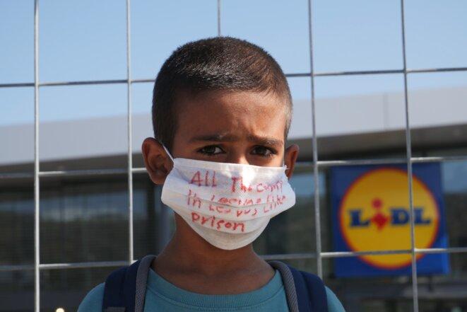 « Le camp de Lesbos est comme une prison » Ahmadi, afghan de 7 ans à Lesbos depuis un an. © Lucas DALLANT