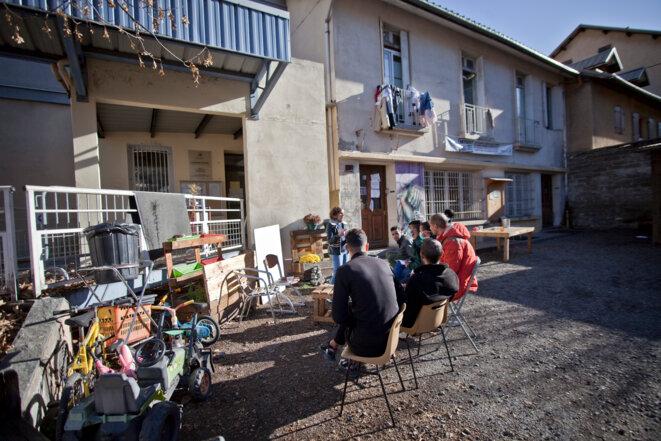 Une bénévole donne un cours de Français devant le Refuge © Durand Thibaut