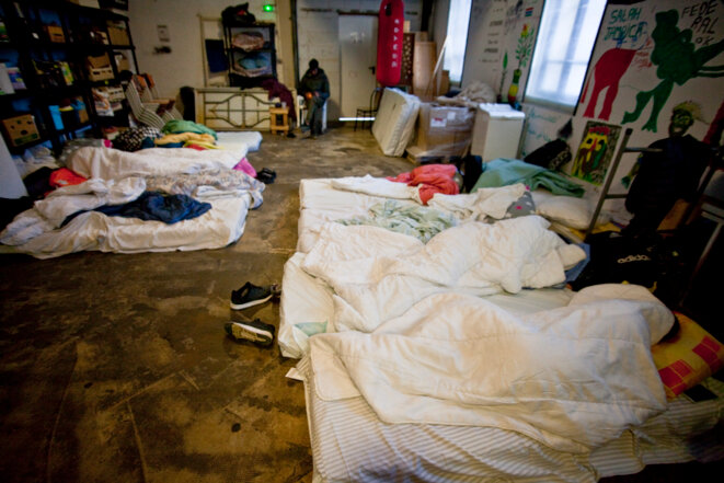 les refugiés arrivés dans la nuit sont installés dans la salle commune pour ne pas réveiller les autres © Durand Thibaut