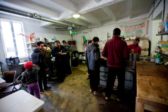 Le début du repas de midi préparé par les bénévoles © Durand Thibaut
