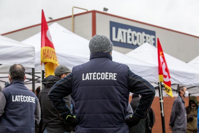 Les salariés de Latécoère se sont mis en grève pour soutenir les salariés de Latelec et se sont retrouvés devant le siège du groupe à Toulouse, le 8 décembre 2020. © Fred SCHEIBER / AFP