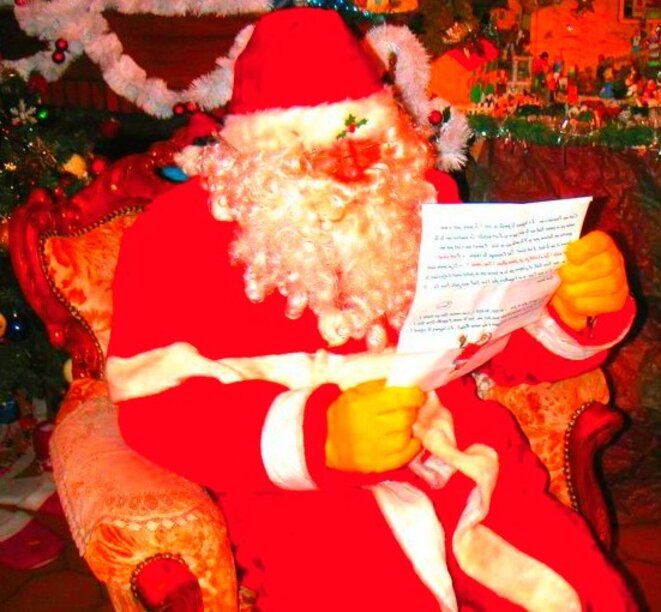 Le Père Noël lit attentivement...